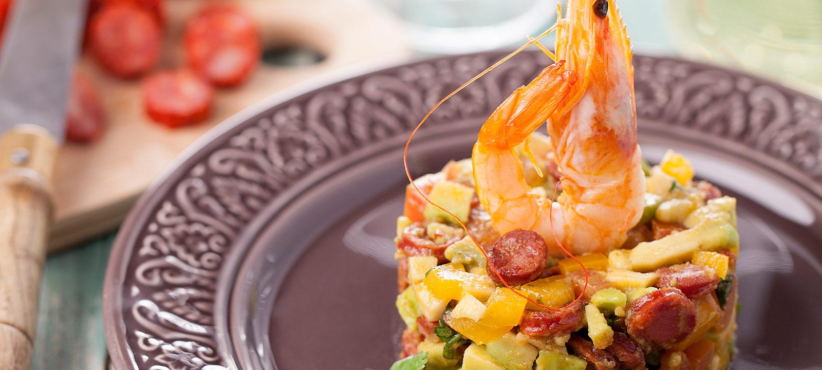 Camarões com Salada de Linguiça e Abacate